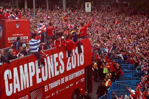 навивачите на Ателтико го слават освојувањето на Лигата на Европа