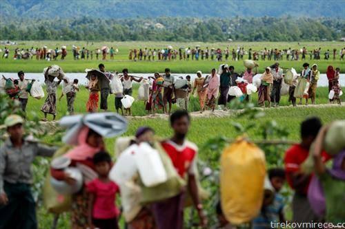 Рохинџи бегалци влегуваат во Бангладеж од Мијанмар