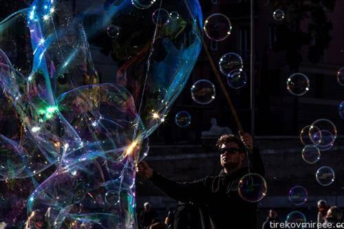 уметник со меури во Рим