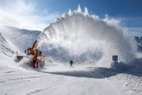 во Турција, се расчистува паднатиот снег по планините