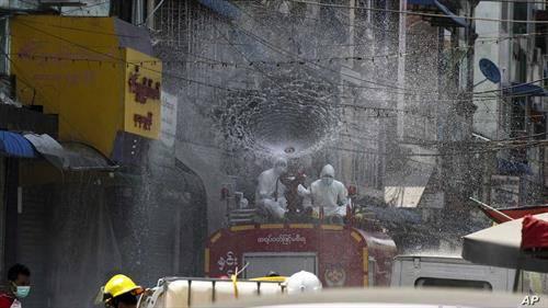 пожарникари дезинфикуваат гад во Мианмар