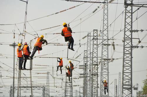 електирчари работат на инсталции во Кина