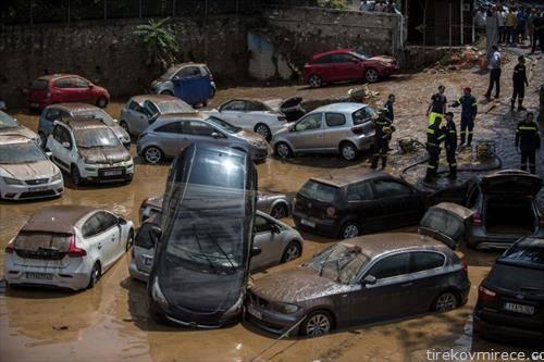 по пожарот Атина ја зафатија и поплави