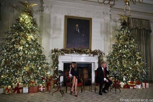 трамп и сопругата во новогодишна декорација